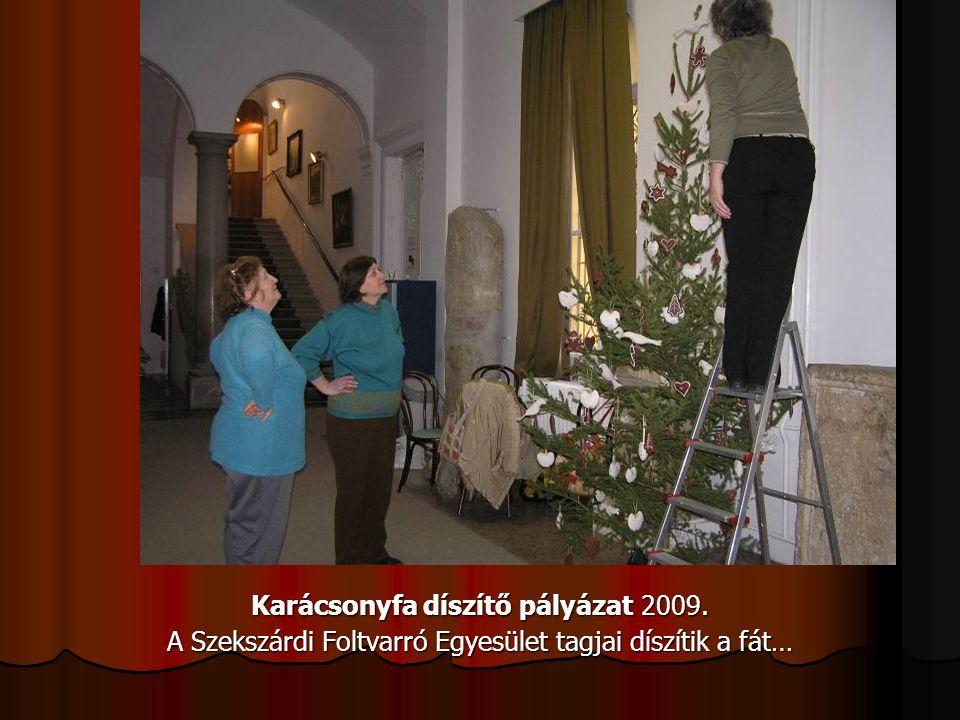 Karácsonyfa díszítő pályázat 2009. A Szekszárdi Foltvarró Egyesület tagjai díszítik a fát…