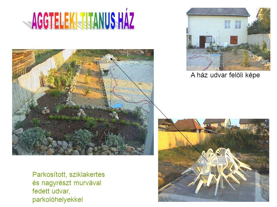 Parkosított, sziklakertes és nagyrészt murvával fedett udvar, parkolóhelyekkel A ház udvar felöli képe