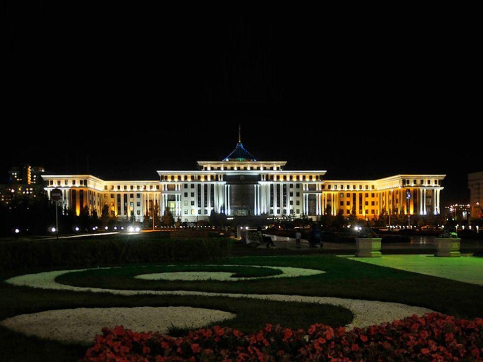 Az Ikrek épületei, háttérben az uralkodói palota