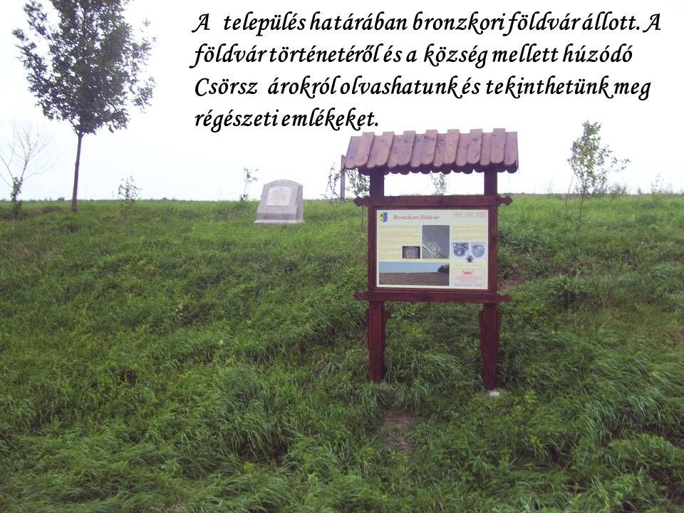 A település határában bronzkori földvár állott. A földvár történetéről és a község mellett húzódó Csörsz árokról olvashatunk és tekinthetünk meg régés
