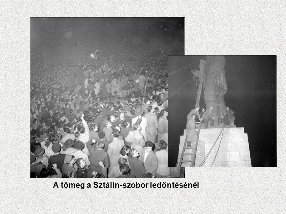 A tömeg a Sztálin-szobor ledöntésénél
