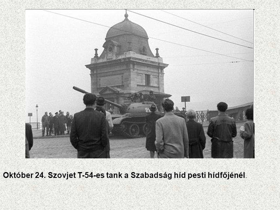 Október 24. Szovjet T-54-es tank a Szabadság híd pesti hídfőjénél.