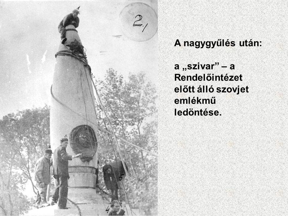 """A nagygyűlés után: a """"szivar"""" – a Rendelőintézet előtt álló szovjet emlékmű ledöntése."""