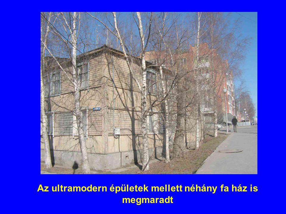 Az ultramodern épületek mellett néhány fa ház is megmaradt