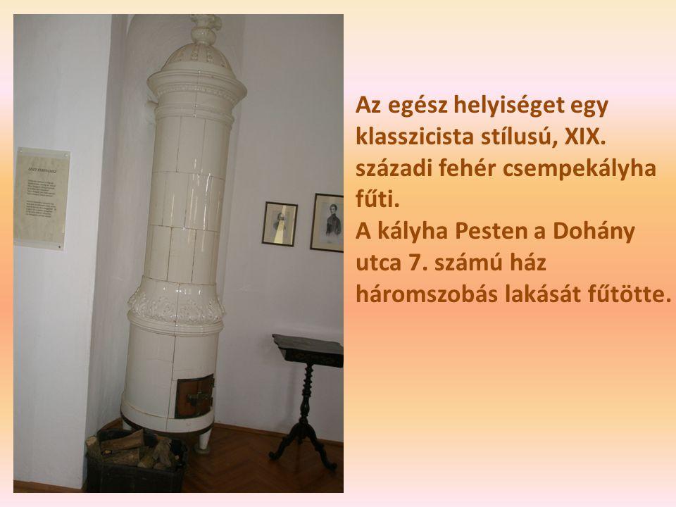 Az egész helyiséget egy klasszicista stílusú, XIX. századi fehér csempekályha fűti. A kályha Pesten a Dohány utca 7. számú ház háromszobás lakását fűt