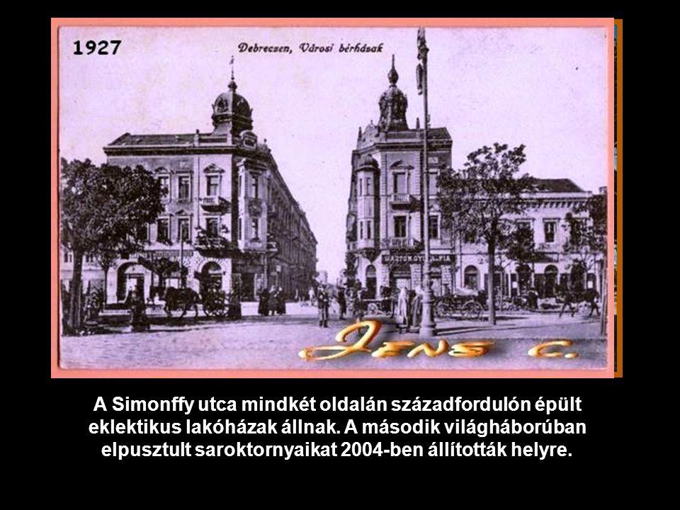 A klasszicizmus puritán ízlésének megfelelően egyetlen dísz ékesíti a timpanont, a város címere.