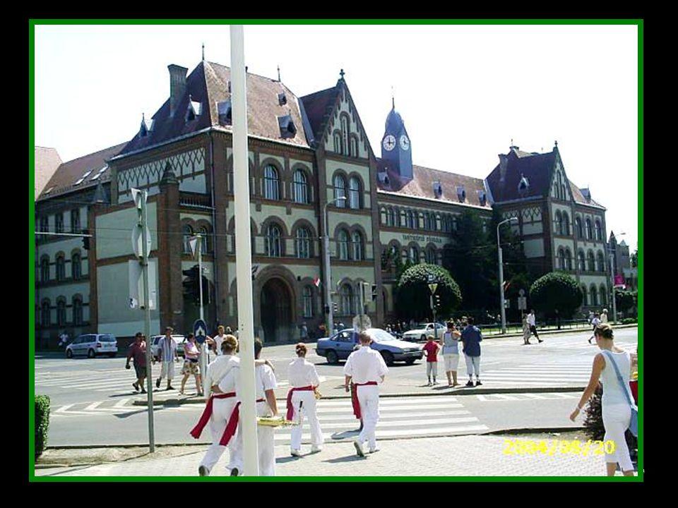 1929 Izsó Miklós bronzba öntött Csokonai –szobrát a Kollégium mellet, a Kálvin téren avatták fel 1871.
