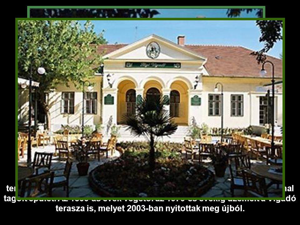 Maga a klasszicista stílusú Vigadó épület az egykori Fürdőház, mely a Nagyerdő szívében található, és a város egyik legszebb épülete.