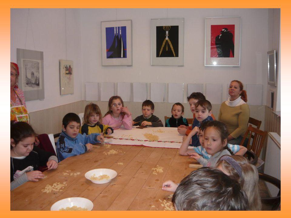 Csigacsinálás az Őszikék Nyugdíjas Klubbal A nyugdíjas klub hölgy tagjai tanították praktikákra az iskola érdeklődő tanulóit. Az így készített tészta