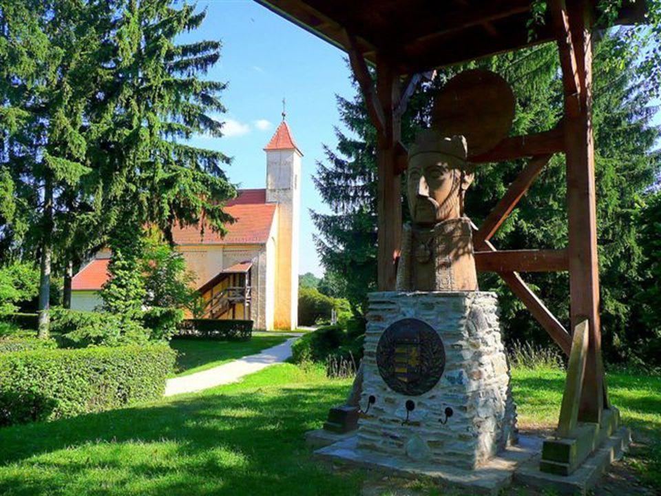 A templom félköríves szentélye a karzatról