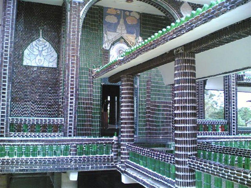 A Wat Pa Maha Chedi Kaew névre hallgató templomot thai szerzetesek építették egymillió feletti sörösüvegből.