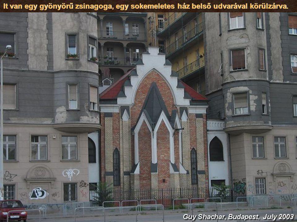 It van egy gyönyörű zsinagoga, egy sokemeletes ház belső udvarával körülzárva.