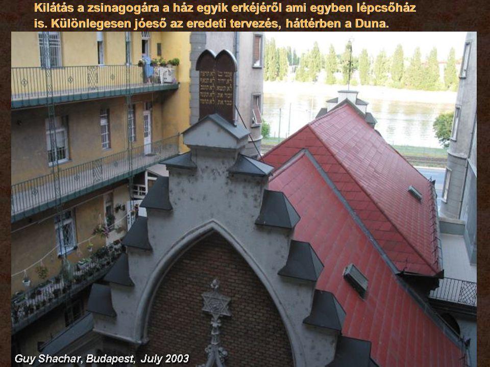 Kilátás a zsinagogára a ház egyik erkéjéről ami egyben lépcsőház is.