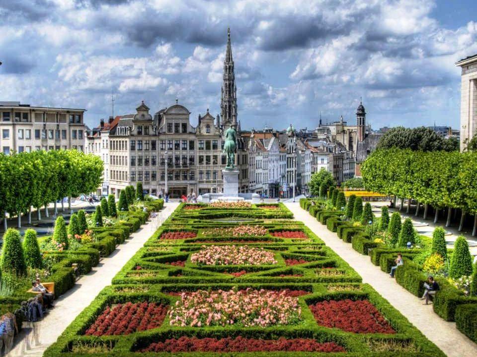 A NAGY TÉR (LA GRAND PLACE) • A Grand-Place a főtere Brüsszelnek. Széles körben ismert gazdag díszítése. Körül veszik a vállalati házak, a Városháza é