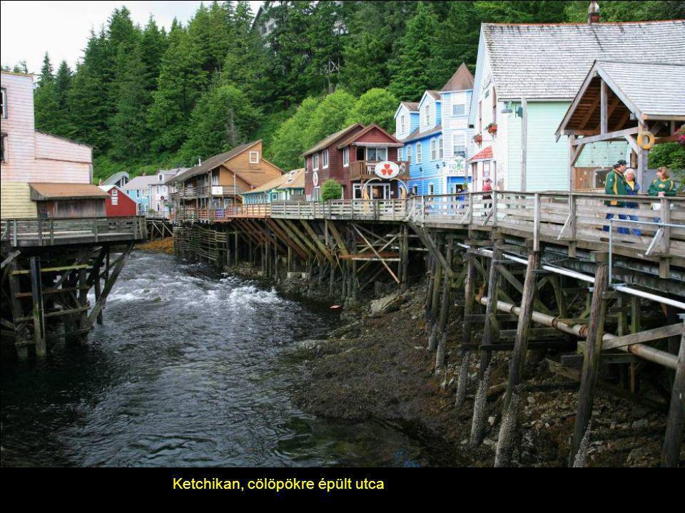 Ketchikan, Alaszka Tipikus, tradicionális ház totemoszlopokkal