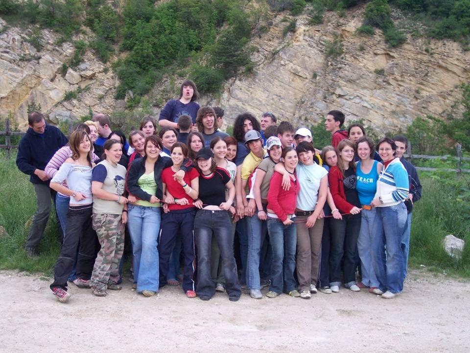 Akkor kezdjük az elején… 2005. szeptember 1-én összezártak 33 értelmes, okos, kedves, tisztelettudó diákot, a világ legeslegjobb osztályfőnökével, Kis