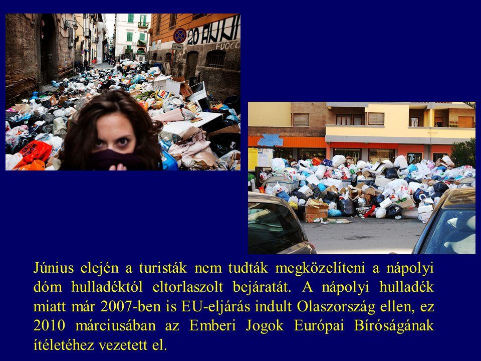 Június elején a turisták nem tudták megközelíteni a nápolyi dóm hulladéktól eltorlaszolt bejáratát.