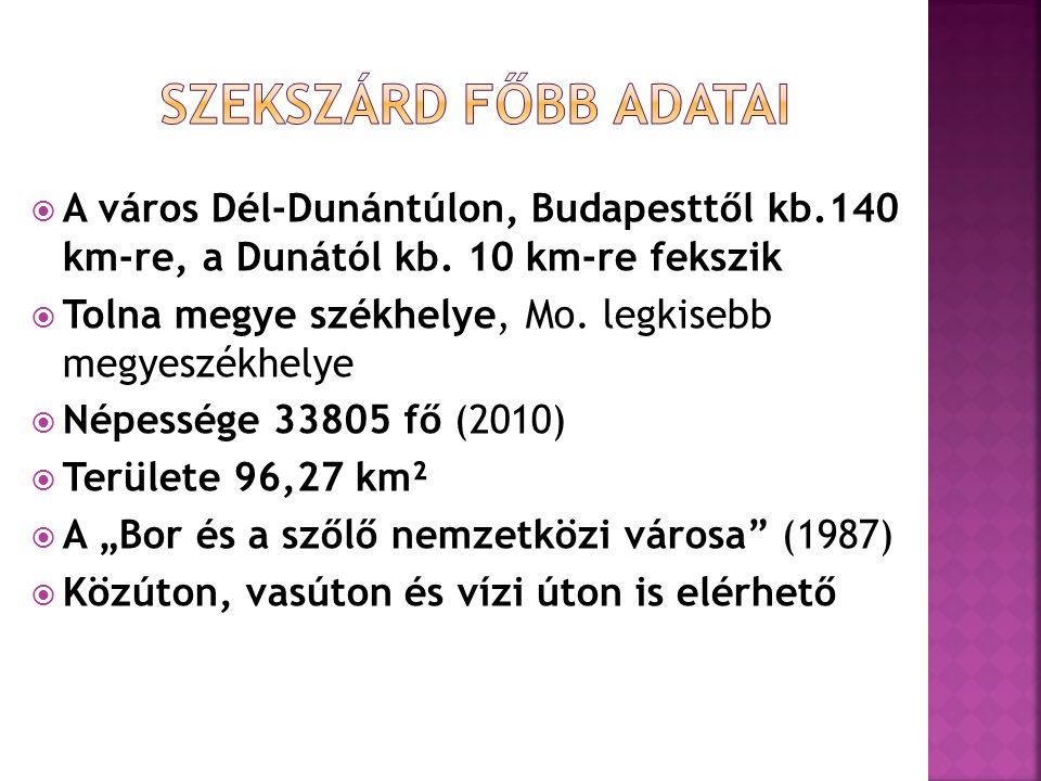 A város Dél-Dunántúlon, Budapesttől kb.140 km-re, a Dunától kb. 10 km-re fekszik  Tolna megye székhelye, Mo. legkisebb megyeszékhelye  Népessége 3