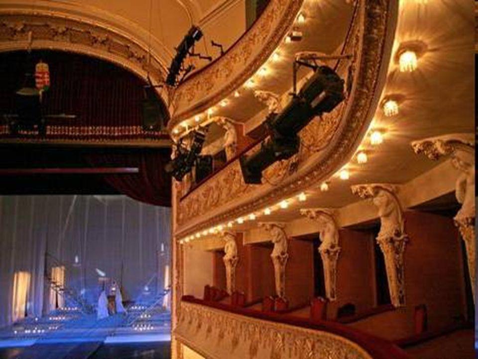 Miskolci Nemzeti Színház • A mai Magyarország első kőszínháza 1823-ban nyitotta meg kapuit, ám 20 évvel később tűz martalékává vált. A biztosítótársas