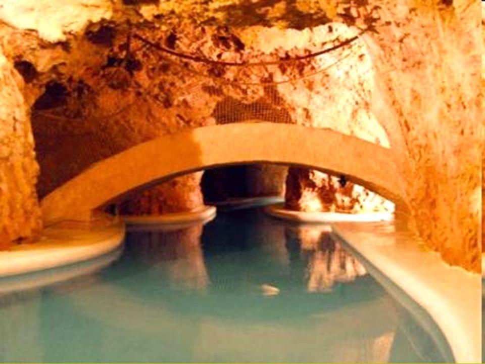 •Három medence épült ki fürdőházzal és vendégfogadóval, ekkor még a barlangban nem fürödtek, csak azon kívül voltak medencék. A század közepére a fürd