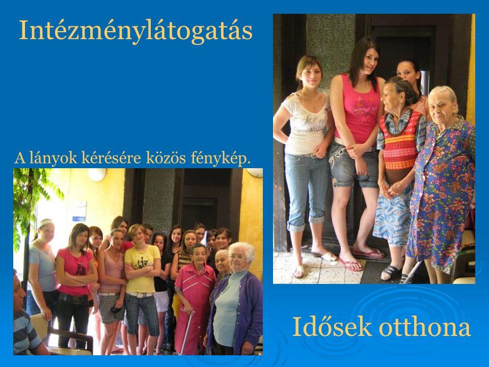 Intézménylátogatás Idősek otthona A lányok kérésére közös fénykép.