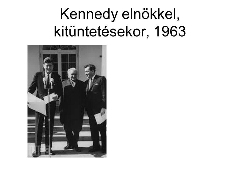 Kennedy elnökkel, kitüntetésekor, 1963