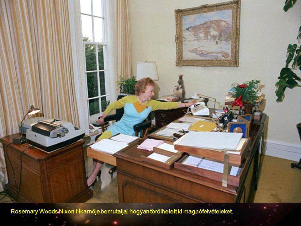 Rosemary Woods Nixon titkárnője bemutatja, hogyan törölhetett ki magnófelvételeket.