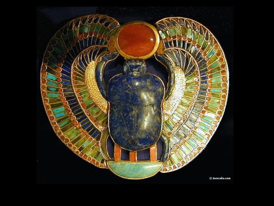 A szkarabeuszok A drágakőből készült szkarabeusz amulettek arra szolgáltak, hogy megvédjék a halott lelkét az Ammit istennő által kiváltott gyötrelmektől.