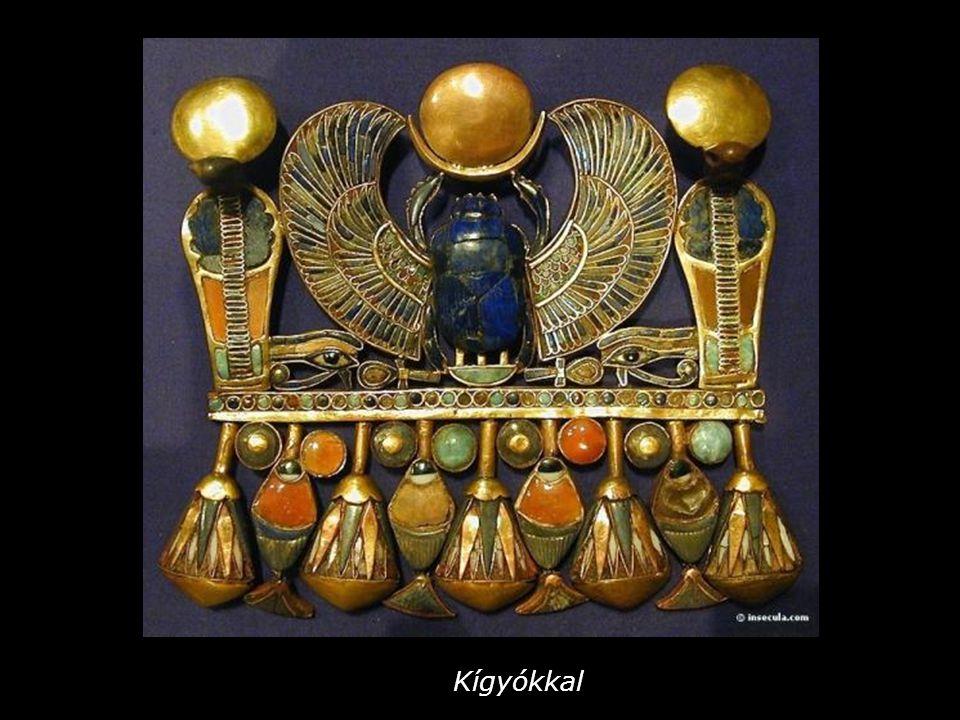 Szkarabeuszt (ganajtúrót) és oroszlánokat ábrázoló melldísz A szent bárkában ülő szkarabeusz a hajnalban megjelenő Napistent jelképezi.