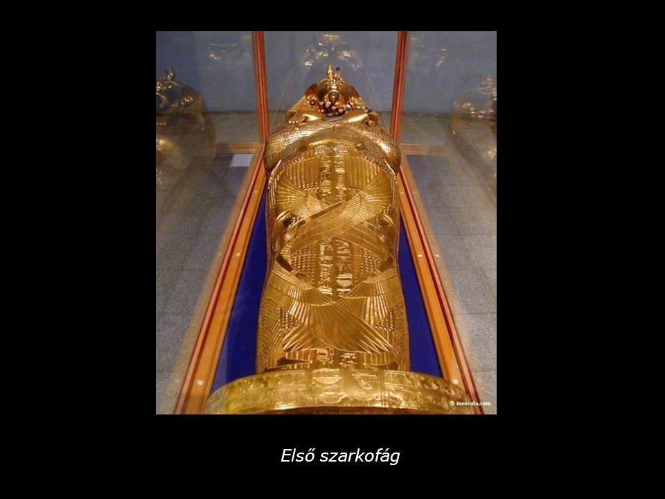 A koporsó körül a 4 istennő: Szelket, Nephtüsz, Izisz és Néith ünnepi öltözetben és kitárt karokkal védelmezik a fáraót.