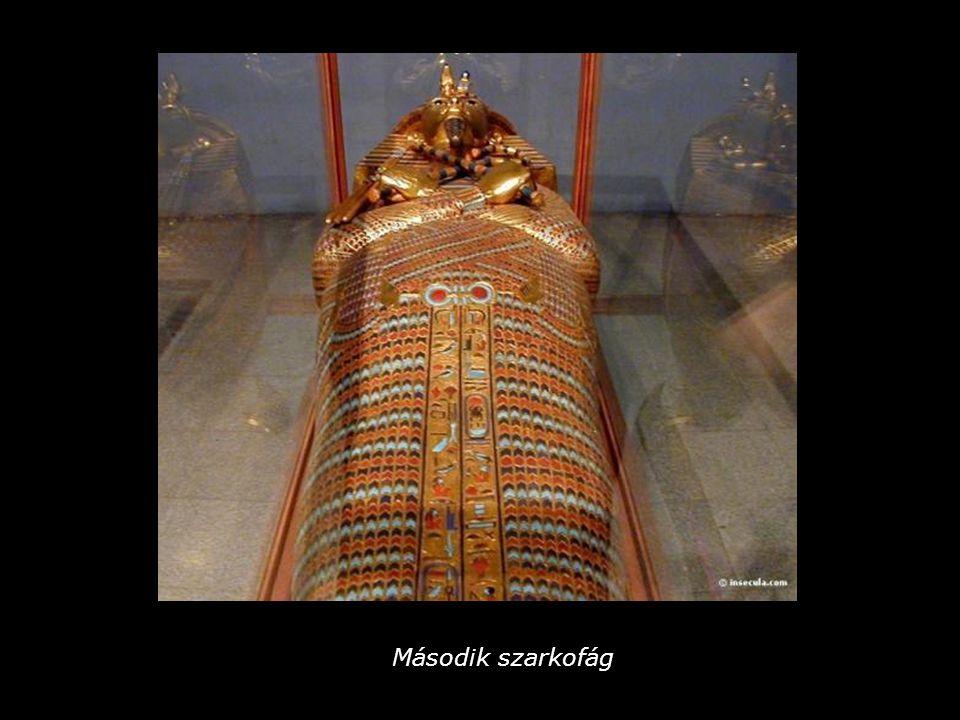 Tutanhamon sírjában 413 ilyen figurát találtak.