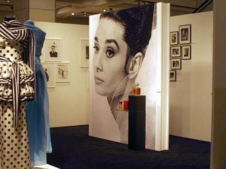 """Audrey Hepburn kiállítás – Berlin """"Egy élet és egy ruhásszekrény kitárulkozása Énekel Audrey Hepburn ( """"Álom luxuskivitelben – Moon river )"""