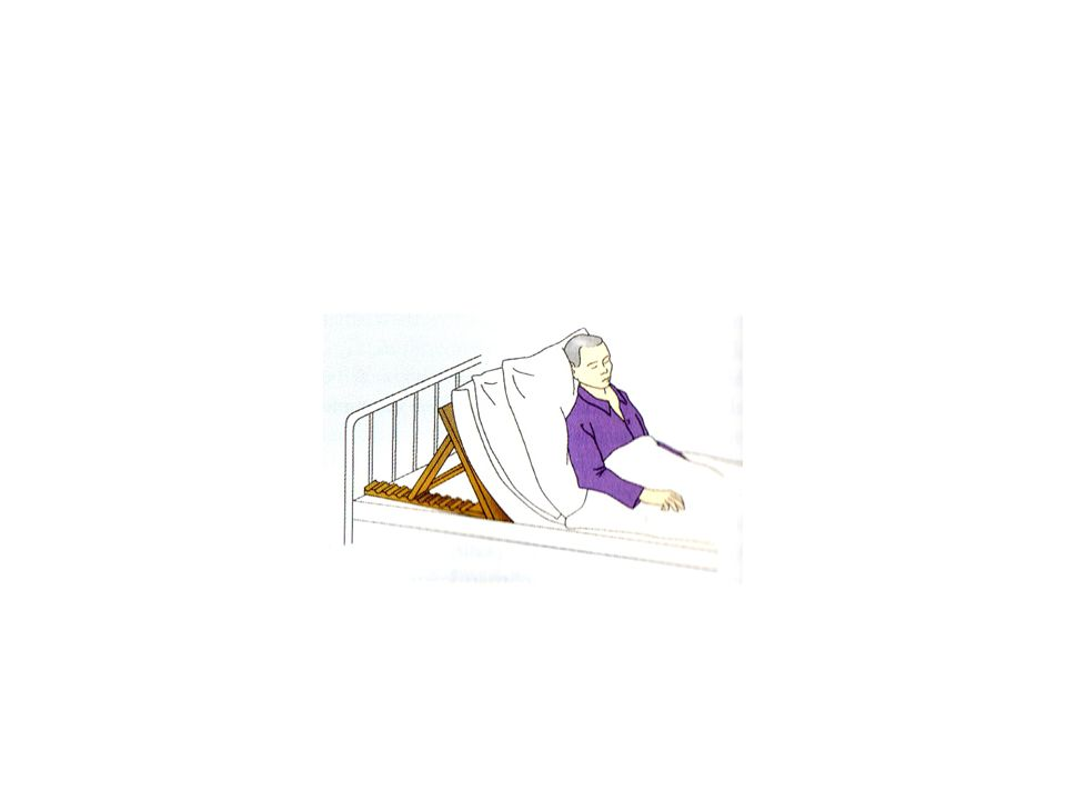Ülő helyzet • Az alsó végtagok térdben és csípőben hajlítottak és a törzzsel derékszöget zárnak be • Nem elég a háttámasz megemelése, több párnát kell alkalmaznunk; az egyiket a fej alátámasztásához • Súlyos keringési beteg, kiterjedt tüdőgyulladás • Súlyos szívbetegek éjszaka jelentkező rohama esetén: az előrehajtott felsőtest megtámasztására ágyasztalt biztosítunk, amire puha párnát helyezünk, így légzését megkönnyítjük