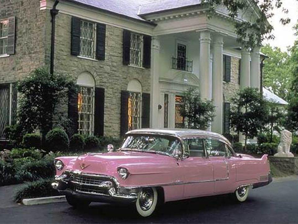 A halottaskocsi megérkezik Gracelandbe A halottaskocsi, ami Elvisszel elhagyja a Baptist Hospitalt
