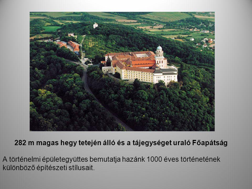 282 m magas hegy tetején álló és a tájegységet uraló Főapátság A történelmi épületegyüttes bemutatja hazánk 1000 éves történetének különböző építészet