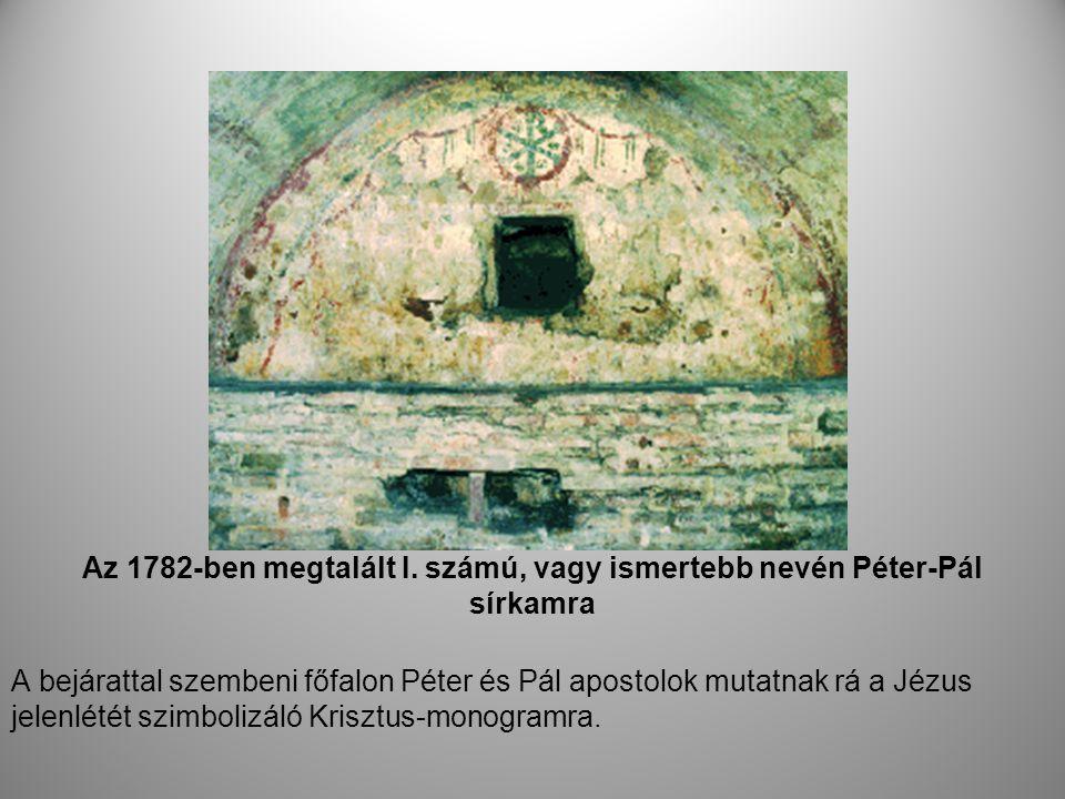 Az 1782-ben megtalált I. számú, vagy ismertebb nevén Péter-Pál sírkamra A bejárattal szembeni főfalon Péter és Pál apostolok mutatnak rá a Jézus jelen