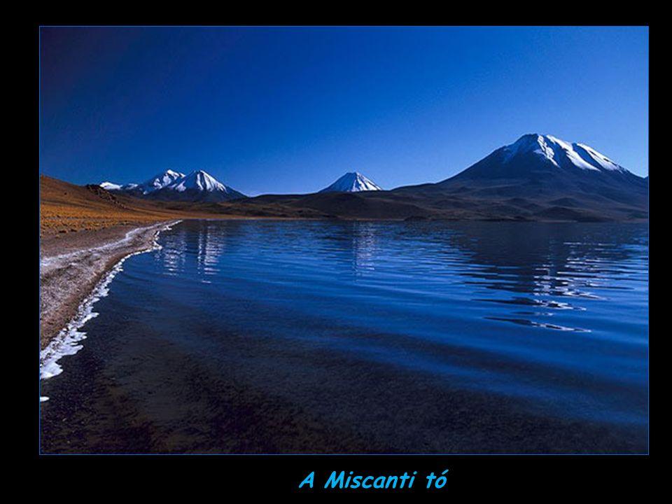 Magashegyi tó a hegycsúcsok között