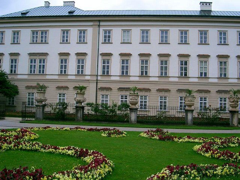 Mirabel kert, szobor a Mozart egyetem előtt
