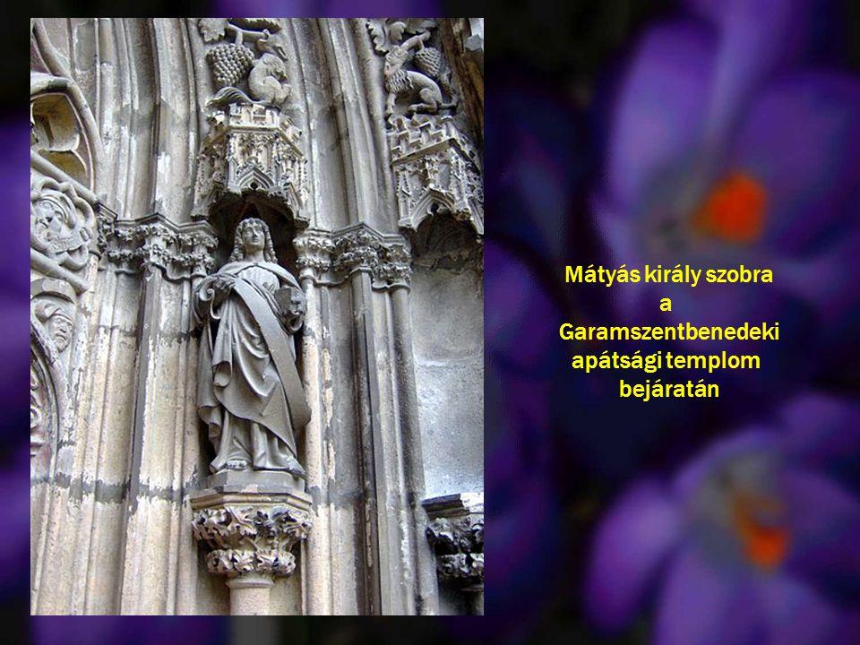 Mátyás király szobra a Garamszentbenedeki apátsági templom bejáratán