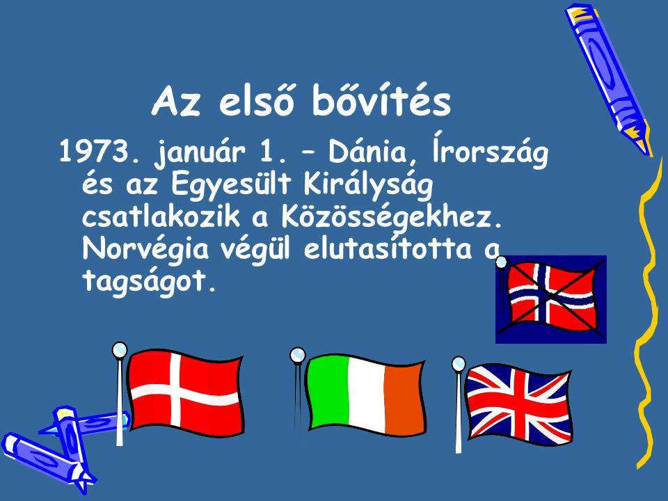 Az első bővítés 1973. január 1. – Dánia, ĺrország és az Egyesült Királyság csatlakozik a Közösségekhez. Norvégia végül elutasította a tagságot.