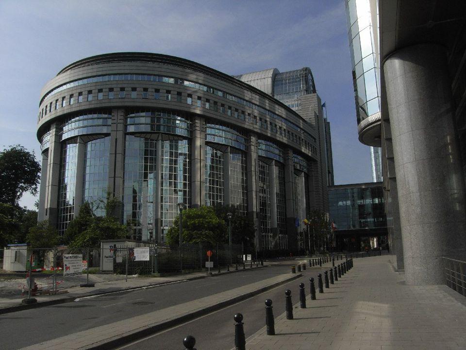 - Miniszteri Tanács (vagy: a Miniszterek Tanácsa): az Európai Unió döntéshozó szerve, mely a tagállamok kormányainak képviselőiből áll. Neve és összet