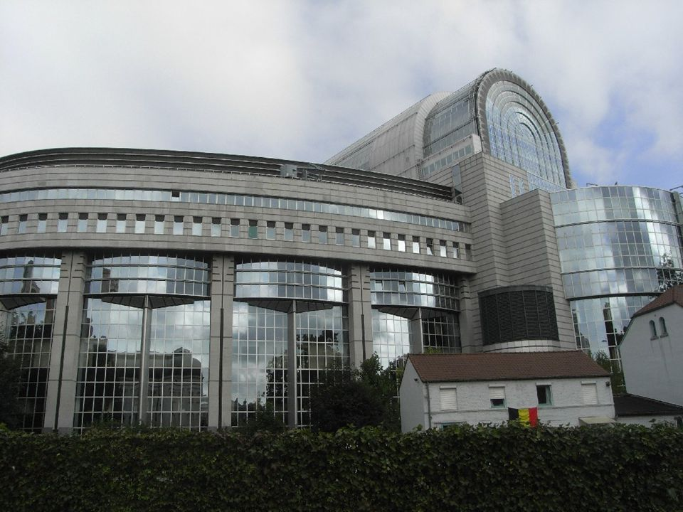 Autonóm döntéshozás: A tagállamok felhatalmazták az Európai Bizottságot, hogy bizonyos téren döntéseket hozzon, így az EU-s versenytörvény, az államok