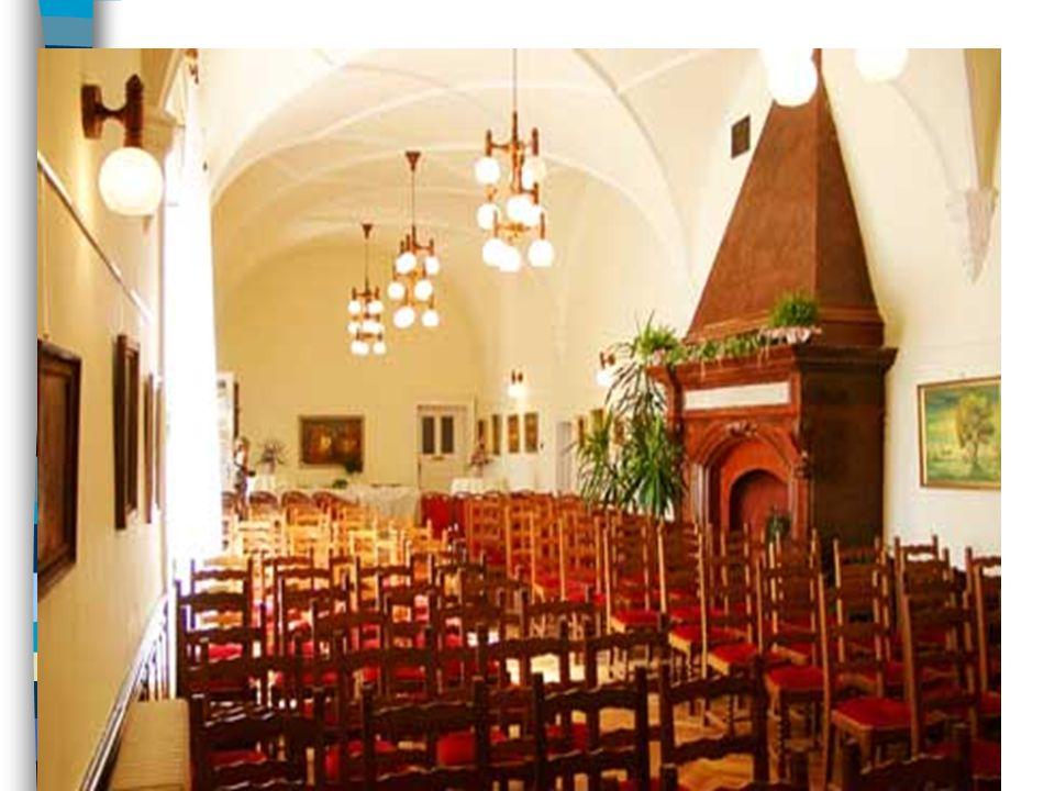  A földszinti nagyterem (lovagterem) közepén gótikus-reneszánsz vöröskőkandalló áll, homlokán a felirat