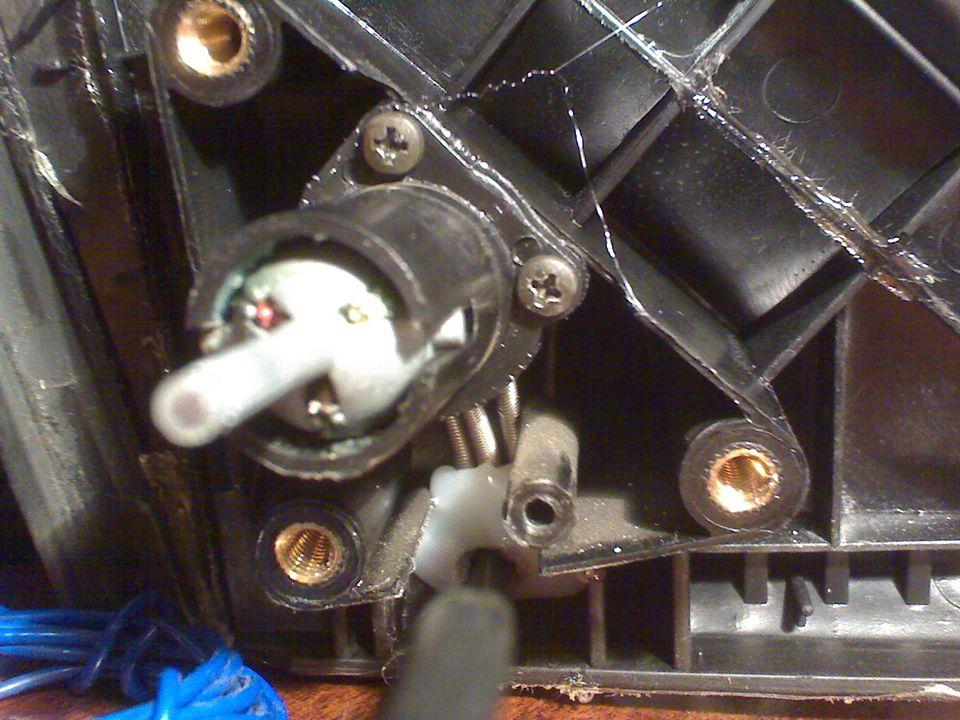 Ez az utastér felöli oldal, az állítókarral.Ehhez a gumitakarás le kell venni.