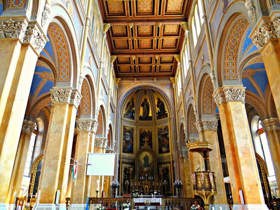 A homlokzaton a Szeplőtlen Szűz 3 méter magas szobra látható.
