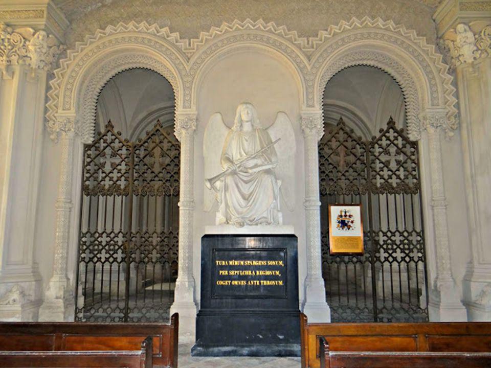 Az altemplomban a csodálatos carrarai márványból készült szobrok, Pietro Tenerani alkotásai.