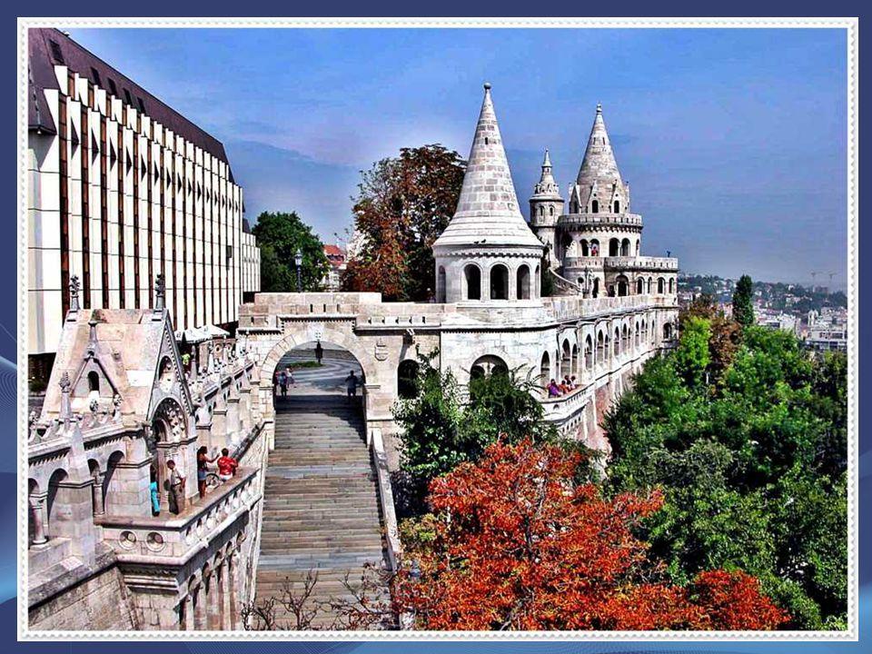 A Halászbástya Budapest egyik legismertebb műemléke, amely a budai várban, Budapest I. kerületében található. A neoromán kilátóteraszokról látható pár