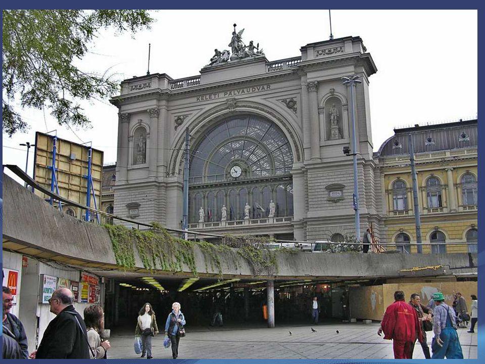 Az épületet Rochlitz Gyula-, a csarnokot Feketeházy János tervezte, a várótermet Lotz Károly freskói díszítik. Budapest legforgalmasabb személypályaud