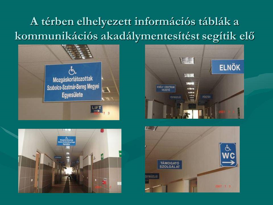 A térben elhelyezett információs táblák a kommunikációs akadálymentesítést segítik elő