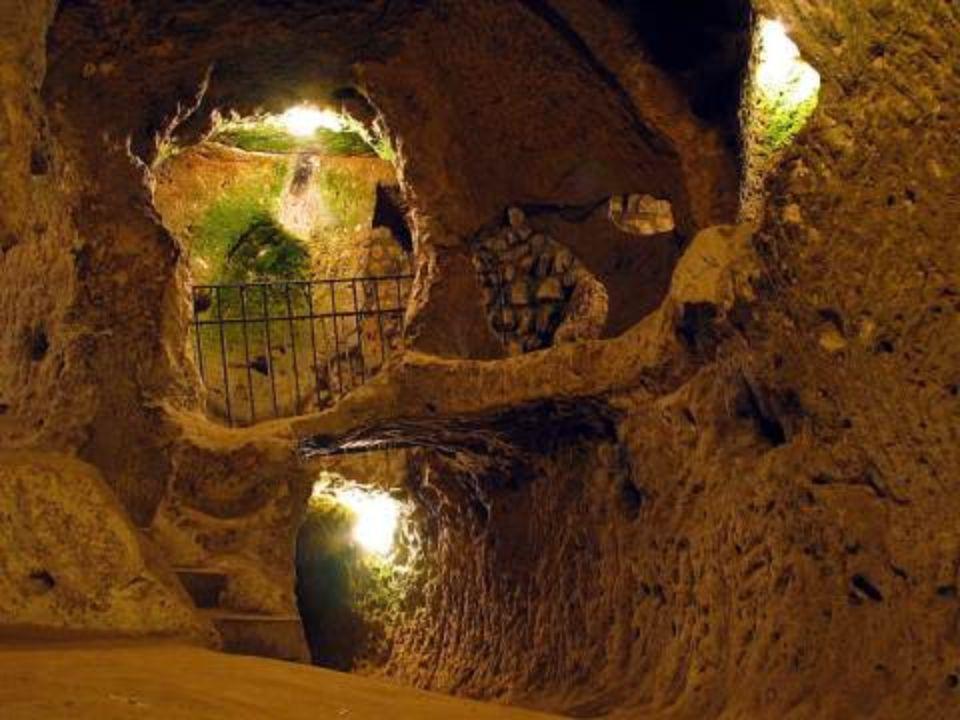 •A város belső része bámulatos: Derinkuyu-i alagutakat (amelyben elfér több mint 10.000 személy) három stratégiai helyen lehetett zárni nagy kerek kőajtókkal.